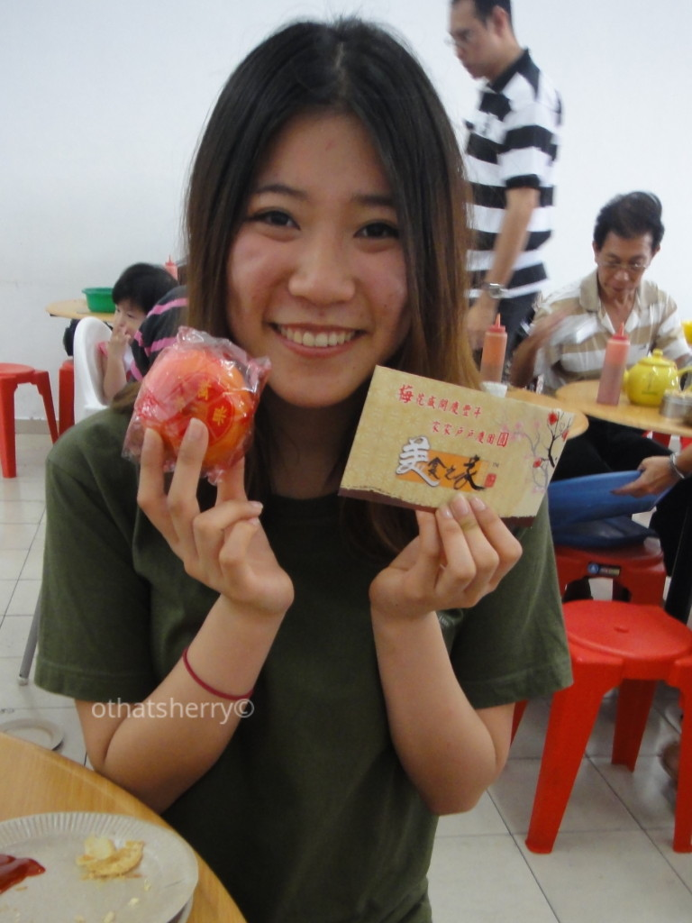 Celebrating Chinese New Year in Penang, Malaysia -- I got a mandarin and one-Malaysian-dollar lucky money.